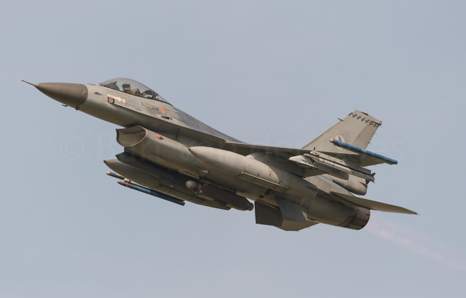 F-16A Block 20 MLU RNLAF J-871 - F-16A Block 20 MLU RNLAF J-871 - foto door BirdieBarty op 03-05-2017 - deze foto bevat: vliegtuig, afterburner, leeuwarden, piloot, volkel, airborne, vliegbasis, f-16, take-off - Deze foto mag gebruikt worden in een Zoom.nl publicatie