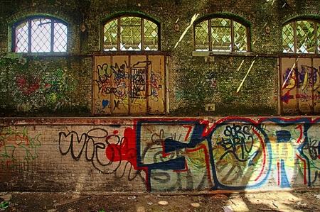 grafitty - Grafitty in een oude trein remise. - foto door edu-1 op 28-05-2016 - deze foto bevat: oud, kunst, belgie, verlaten, urbex, remise, urban exploring