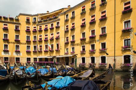 Venetie gondola's - Gondola's wachtend op toeristen in Venetië. - foto door lucsevriens op 16-06-2016 - deze foto bevat: architectuur, reizen, gebouw, stad, venetie, cultuur, straatfotografie, reisfotografie