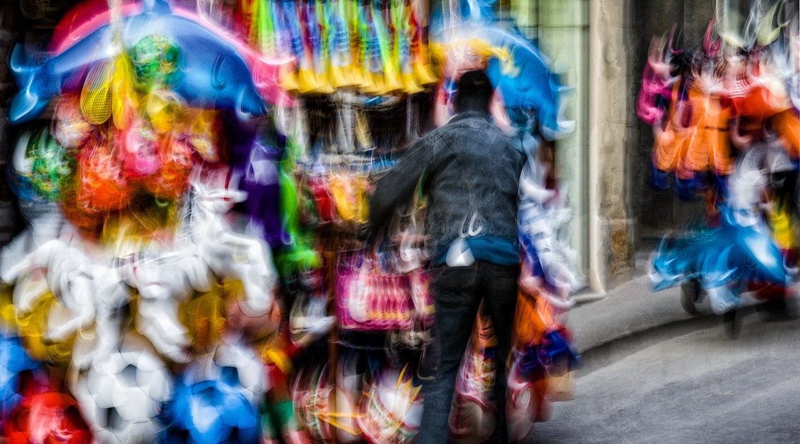 move on - straatverkoper tijdens de goede week in Sicilie - foto door willemku_zoom op 19-09-2019 - deze foto bevat: mensen, kleur, beweging