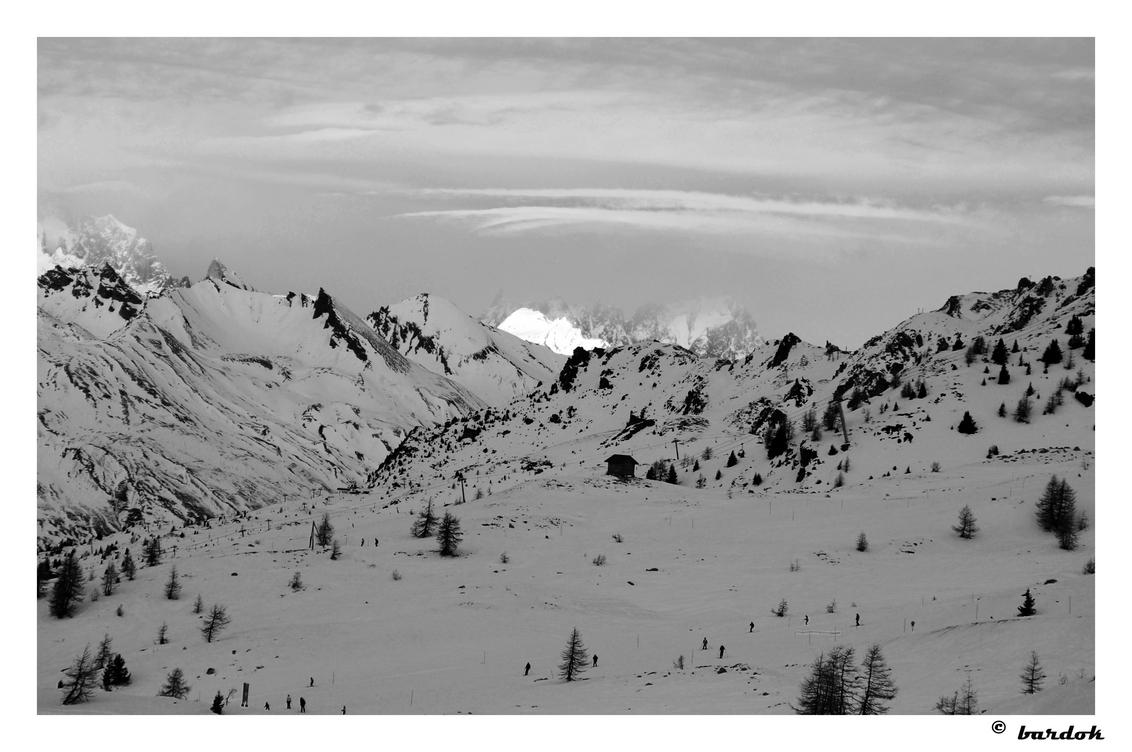 lichtpuntje - In de verte breekt de zon door op de bergen. - foto door bardok op 14-01-2009 - deze foto bevat: wit, zwart, frankrijk, bergen, alpen