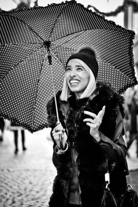 Passersby 11 - - - foto door ellis77 op 12-02-2018 - deze foto bevat: vrouw, portret, straatfotografie, paraplu, 50mm