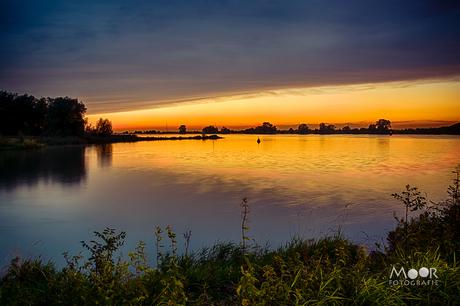 Zonsondergang bij de rivier