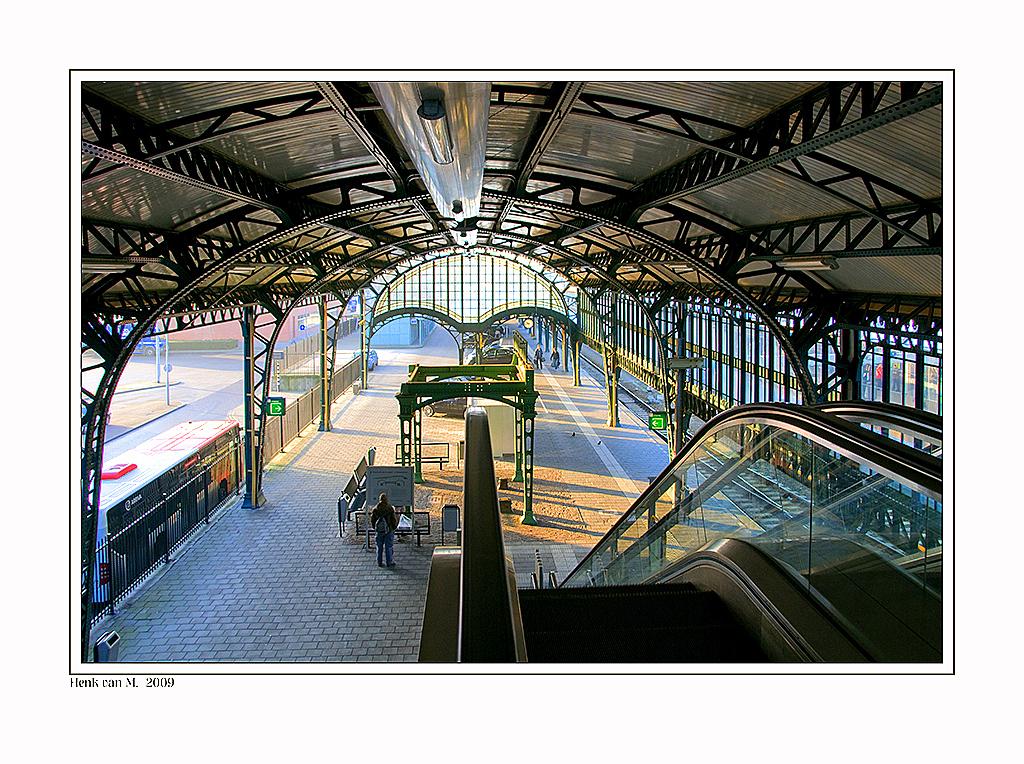 vertrokken - Op de een of andere manier lijkt het wel of iedereen vertrokken is op een paar achterblijvers na - foto door henkvanm13 op 20-07-2009 - deze foto bevat: station, architectuur, henkvanm13