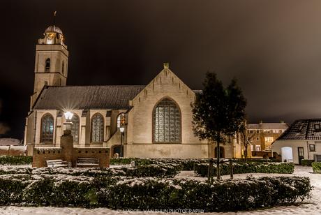 De oude kerk van katwijk in de sneeuw
