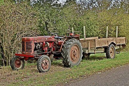 Tractor aan de kant. Sarrey Frankrijk - - - foto door hprinsen op 01-10-2019 - deze foto bevat: bewerkt