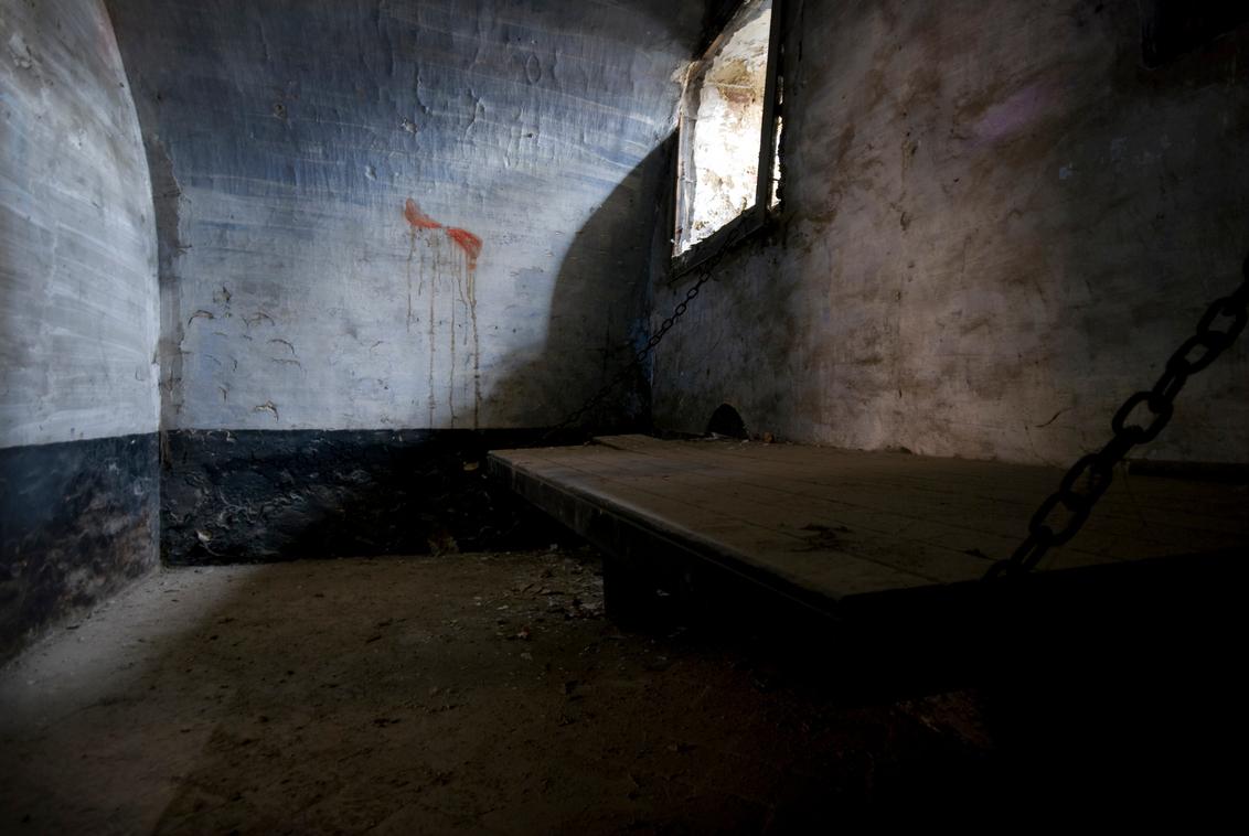levenslang - Deze foto is genomen in een verlaten gevangenis ergens in Belgie. Dit was de enige wat luxere cel, waar je zowaar nog in kon liggen. De andere cellen - foto door lidewijvandijk op 21-12-2010 - deze foto bevat: gevangenis, urbex