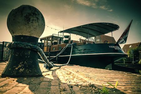 Afgemeerd - Afgemeerd langs de grachten in Meppel. - foto door deharder op 29-07-2020 - deze foto bevat: water, boot, touw, straatfotografie, meppel, de vereenigingiii