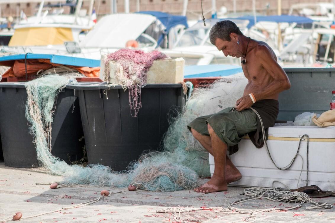 fishermans friend - Visser die zijn netten herstelt in de oude haven van Antibes - foto door rick-20 op 20-08-2017 - deze foto bevat: visser