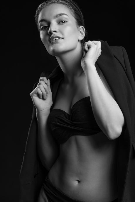 Tess fashionable in Black & White - 5