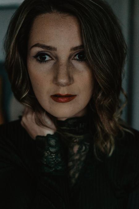 Zelfportret - Het was al weer een paar jaar geleden dat ik een zelfportret heb gemaakt. Maar ik had een middagje vrij en wilde weer wat meer licht en sfeer spelen. - foto door anoukstrijbos op 16-12-2018 - deze foto bevat: vrouw, donker, portret, zelfportret, closeup