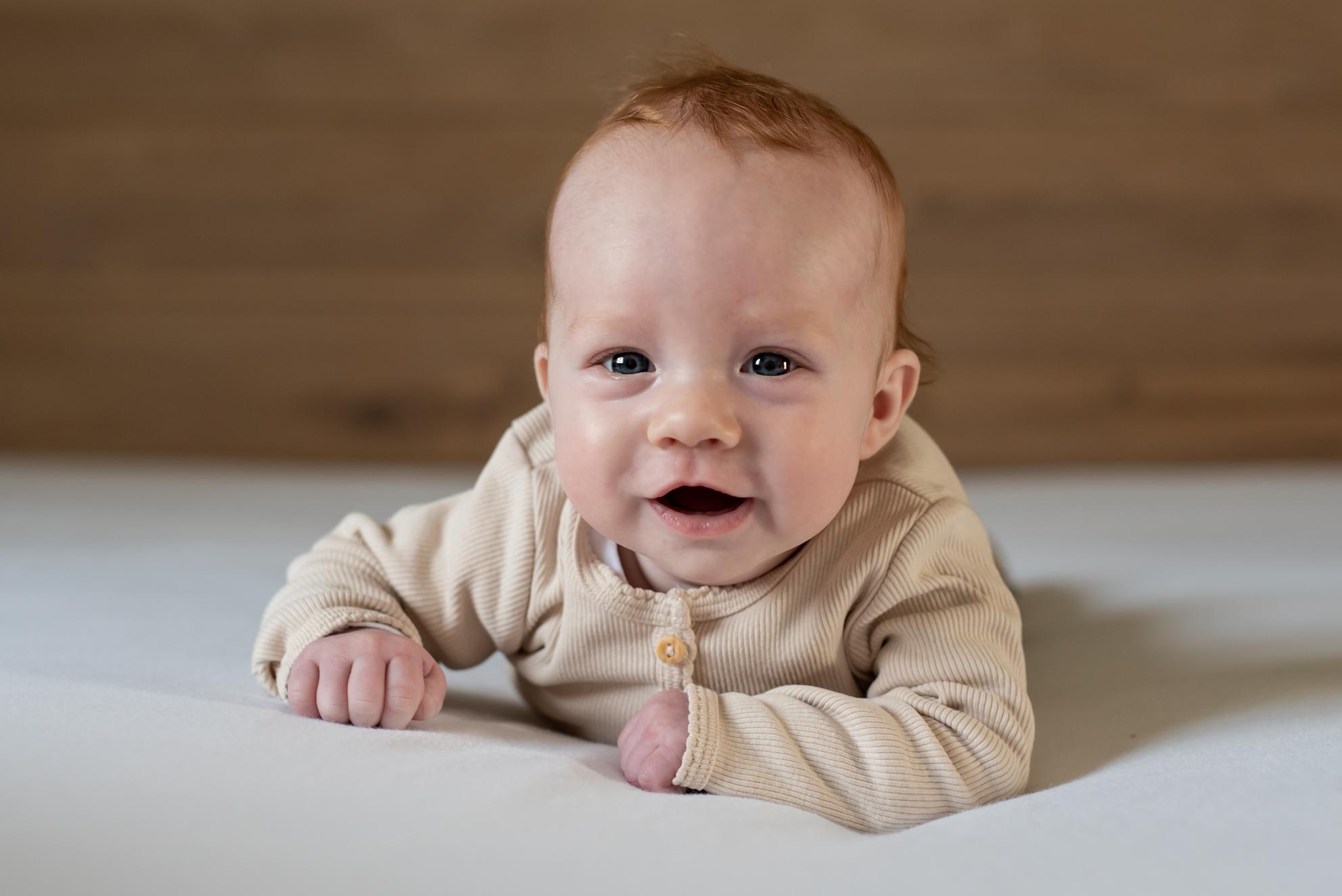 Baby fotografie - Deze vrolijke dame had wel zin in de fotoreportage - foto door nathaliedb op 08-04-2021 - locatie: In beeld bij Nathalie - deze foto bevat: baby, newborn, babyfotografie, redhead, vrolijk, lachen, newbornforografie, neus, gezicht, wang, glimlach, baby kruipen, oog, tijd om je baby op de buik te leggen, baby- en peuterkleding, mouw, gelukkig