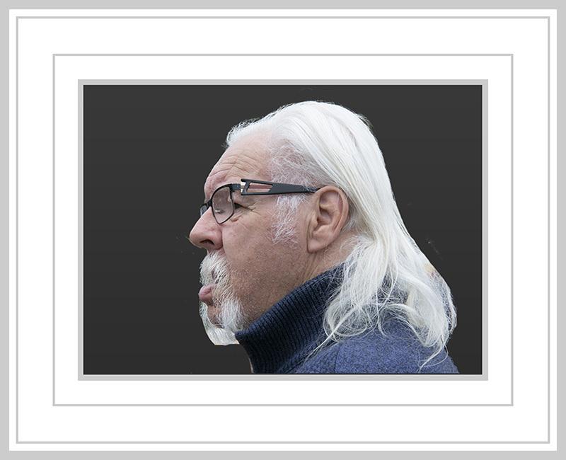 lange haren en snor - Een man die opvalt in de straat - foto door jos1953 op 17-04-2021 - locatie: Hasselt, België - deze foto bevat: bril, oogzorg, baard, kaak, brillen, rechthoek, rimpel, gezichtshaar, snor, kunst