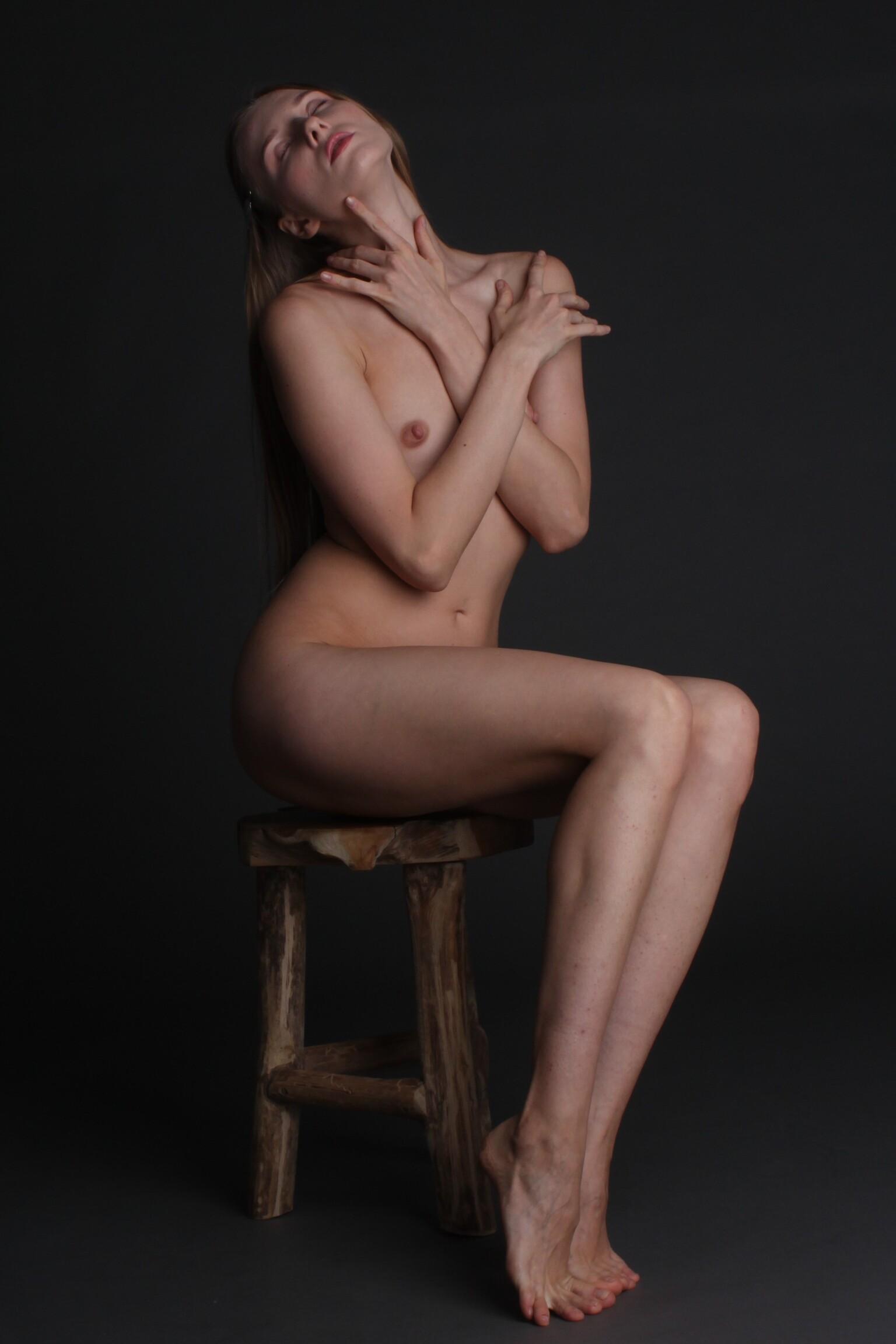 Nimfa on  the stool - Model: Nimfa - foto door MathieuMagne op 07-04-2021 - deze foto bevat: naakt, studio, model, vrouw, hoofd, arm, schouder, been, flitsfotografie, knie, nek, hout, dij, kunst