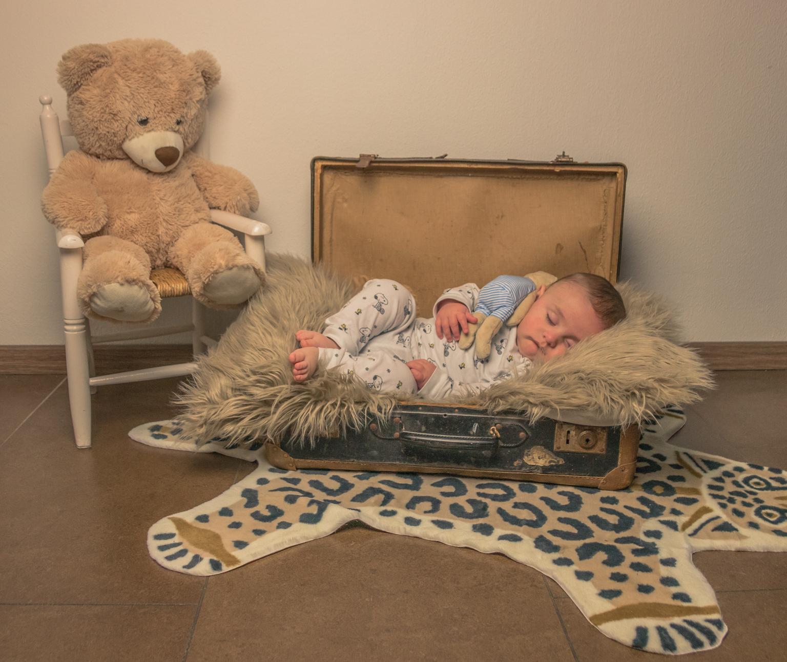Stef op reis - kleinzoon te logeren - foto door BiancaR73 op 11-04-2021 - locatie: 8309 Tollebeek, Nederland - deze foto bevat: comfort, bankstel, hout, speelgoed, woonkamer, vloeren, linnengoed, kleuter, kunst, baby