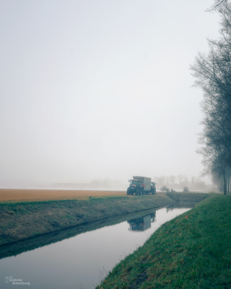 Trekker in de mist - Enkhuizen op een mistige dag - foto door gabriel-batenburg1969 op 15-04-2021 - locatie: Enkhuizen, Nederland - deze foto bevat: #straatfotografie, #enkhuizen, water, lucht, fabriek, natuurlijk landschap, land veel, atmosferisch fenomeen, fluviatiele landvormen van beken, lichaam van water, waterloop, mist