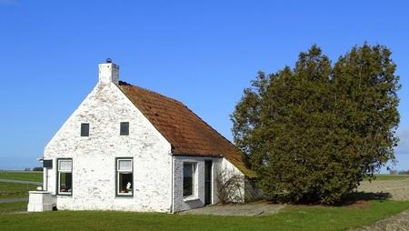 Brintahuisje - Dit huisje stond jaren afgebeeld op een pak Brinta. Word niet meer bewoond. Leeft alleen nog een kat (Mabel), die word verzorgt door de boer die erbi - foto door jan.pijper op 06-03-2021
