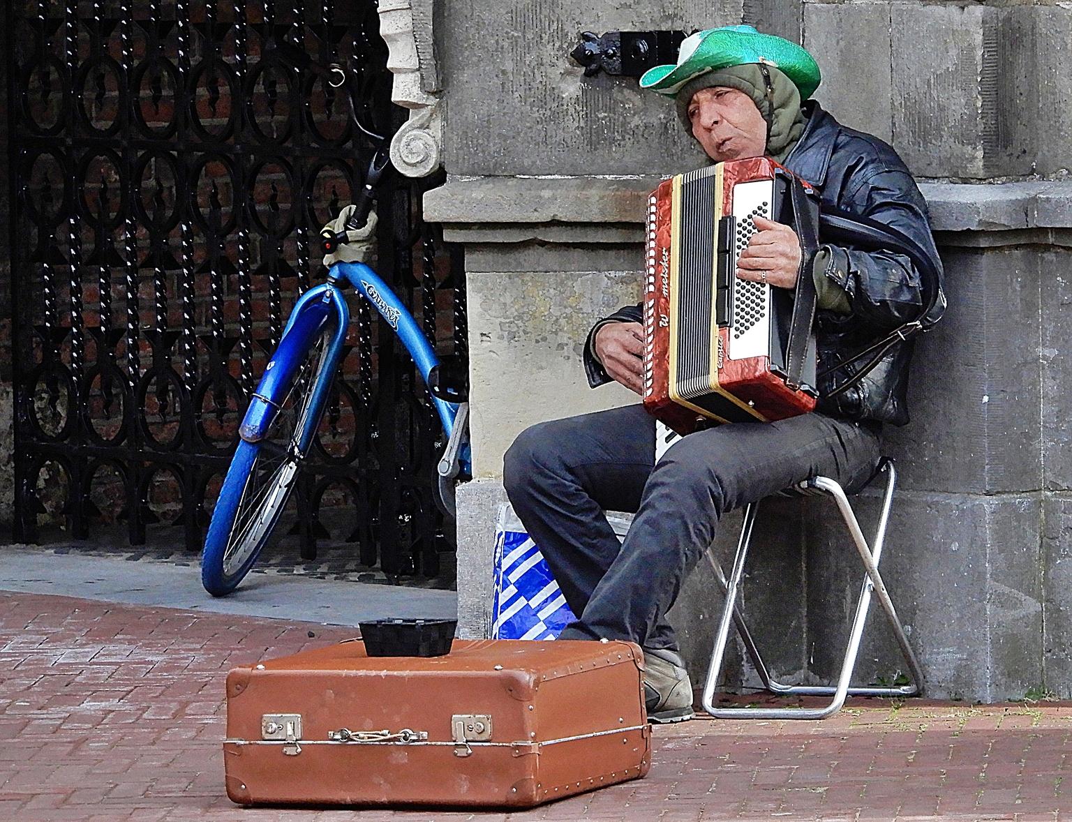 straatmuzikant - de accordeonist speelde zijn deuntjes in de buurt van de wekelijks markt in Arnhem - foto door Tonny1946 op 10-04-2021 - locatie: Arnhem, Nederland - deze foto bevat: muzikant, accordeon, koffer, geldbakje, krukje, boodschappentas, fiets, accordeonist, gratis riet-aerofoon, muziekinstrument, musicus, trekharmonica, mode, straatmode, muziek, accordeon, volksinstrument