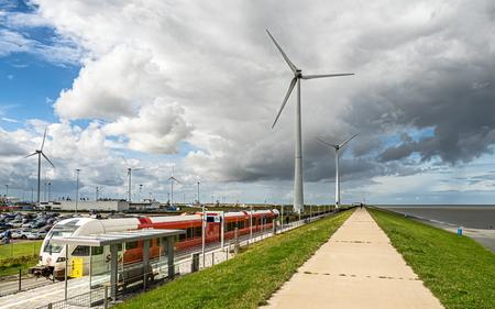 Station aan zee - - - foto door jrubels op 20-11-2020 - deze foto bevat: station, lucht, wolken, dijk, trein, landschap, haven, molen, windmolen, kust