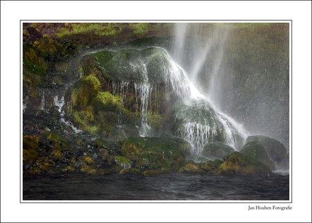 IJsland (2-74) - Seljalandsfoss - foto door JanHouben op 14-04-2021 - locatie: IJsland - deze foto bevat: water, natuur, natuurlijke omgeving, natuurlijk landschap, rechthoek, organisme, waterval, vegetatie, schilderen, lichaam van water