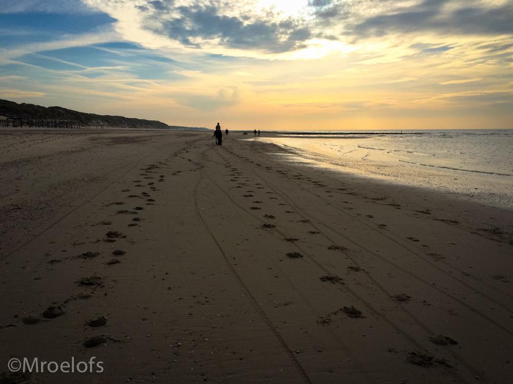 Walk to the light - Nog eentje dan van het strand bij schoorl gemaakt met mijn iPhone - foto door MaiMai14 op 19-05-2015 - deze foto bevat: lucht, zon, strand, zee, water, natuur, licht, avond, zonsondergang, landschap, duinen, zand, kust, nederland, kalenberg, iphone