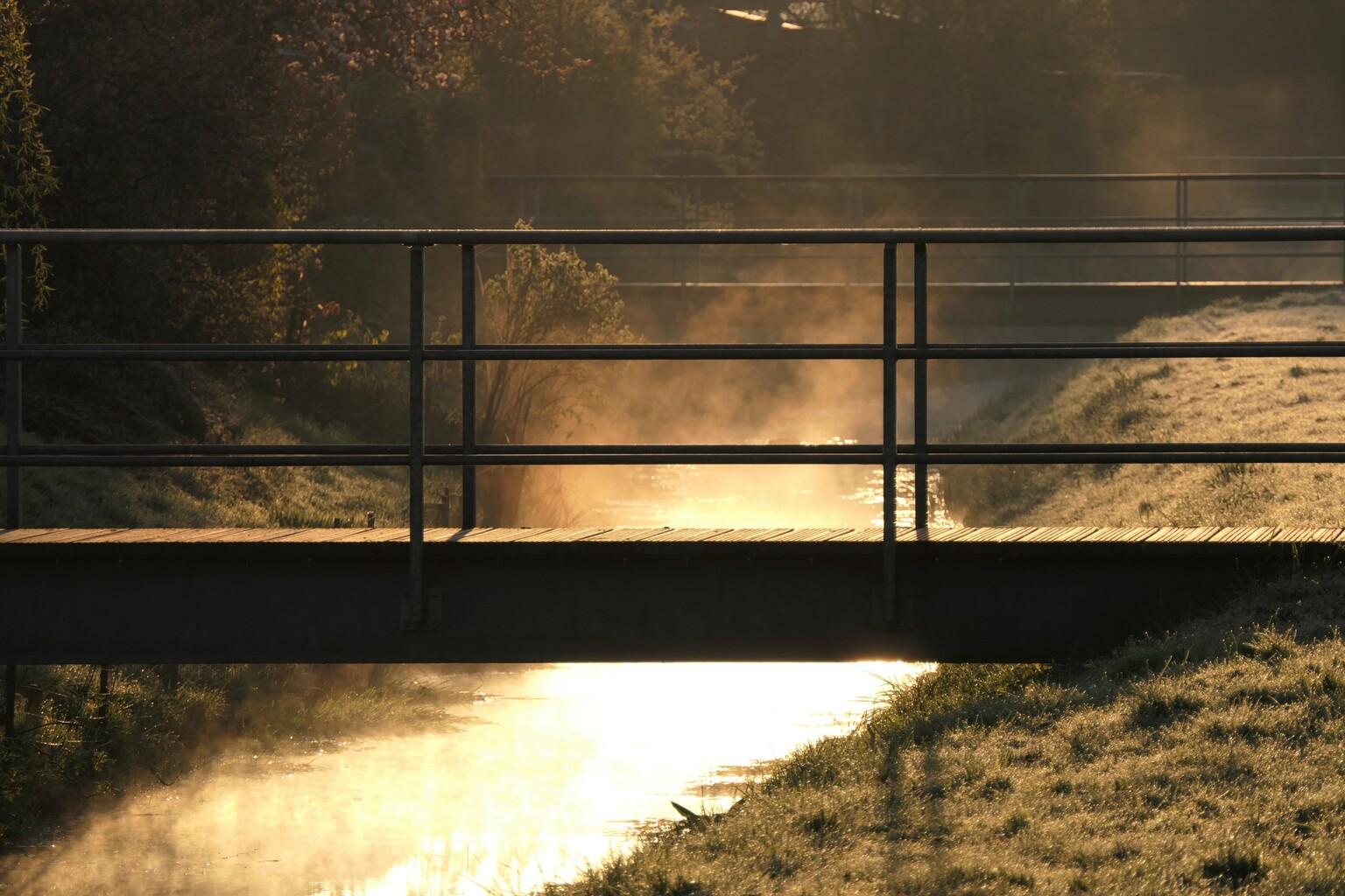 Koude Dinsdag - 13 April - foto door MANL op 14-04-2021 - deze foto bevat: water, atmosfeer, rechthoek, hout, natuurlijk landschap, schaduw, afdeling, atmosferisch fenomeen, hek, zonsondergang