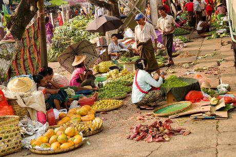 Markt aan het spoor