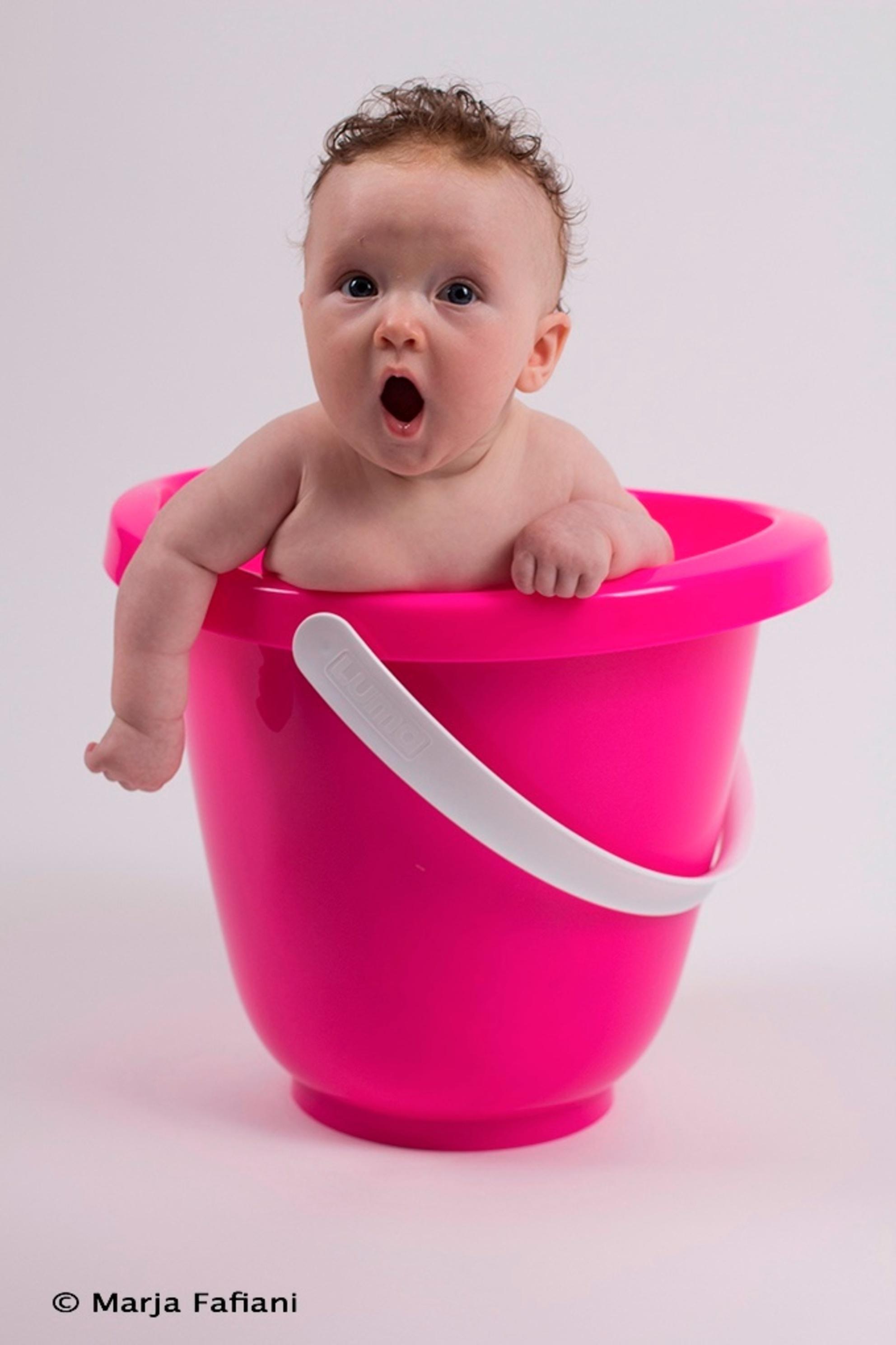 What no bad! - Mijn eerste baby shot met een meisje van 3 mnd oud. Heel erg leuk om te doen. - foto door fama01 op 24-10-2013 - deze foto bevat: roze, emmer, Baby. - Deze foto mag gebruikt worden in een Zoom.nl publicatie