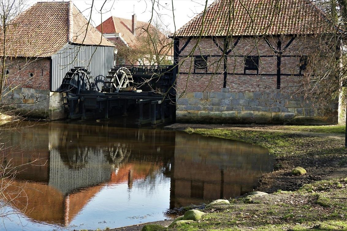 haaksbergen waterradmolen - dit is de oudste  dubbele waterradmolen van Nederland anno 1548 met 3 onderslagraderen met een oliemolen met een rad en aan de andere kant een koeren - foto door jh- op 27-02-2021 - deze foto bevat: oud, water, architectuur, spiegeling, reflectie, schaduw, parijs, gebouw, museum, wandelen, reisfotografie