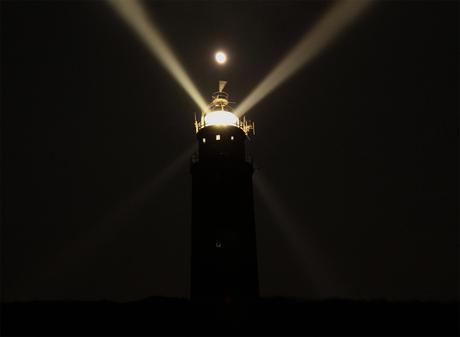Licht vuurtoren Eierland Texel versus licht van de maan