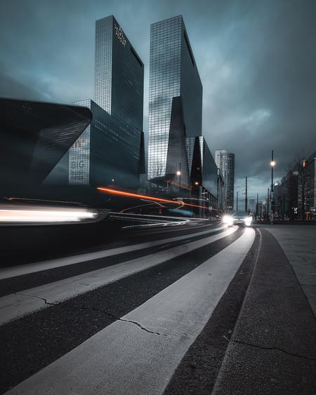 Lines - Door gebruik te maken van een langere sluitertijd krijg je lichtstrepen. Foto gemaakt bij het Centraal Station in Rotterdam  - foto door ric4rdography op 16-04-2021 - deze foto bevat: gebouw, wolk, lucht, wolkenkrabber, weg oppervlak, torenblok, schemer, automotive verlichting, asfalt, stadsgezicht