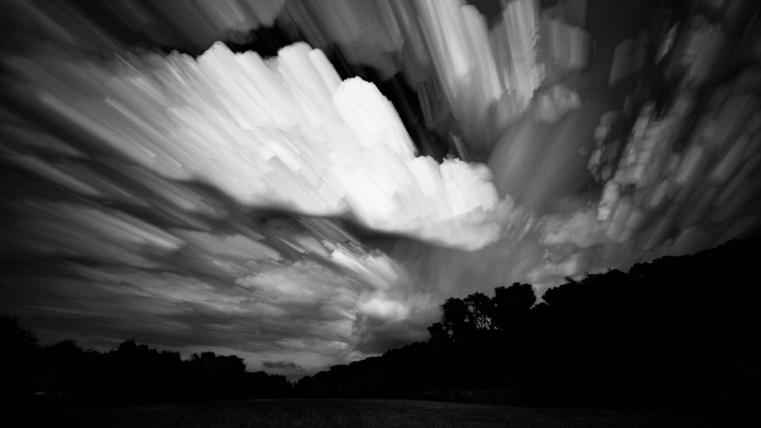 Black and white - Inspired by nature - foto door Sakaia op 15-04-2021 - deze foto bevat: wolk, lucht, atmosfeer, natuurlijk landschap, zwart, afdeling, zonlicht, zwart en wit, boom, vegetatie