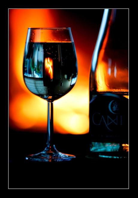 Glas wijn bij de haard