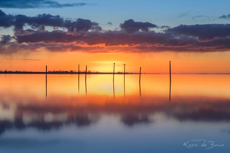 Sunrise Reflection! - - - foto door KarindeBruin op 18-03-2021 - deze foto bevat: lucht, wolken, zon, water, dijk, licht, spiegeling, landschap, tegenlicht, zonsopkomst, meer, lange sluitertijd