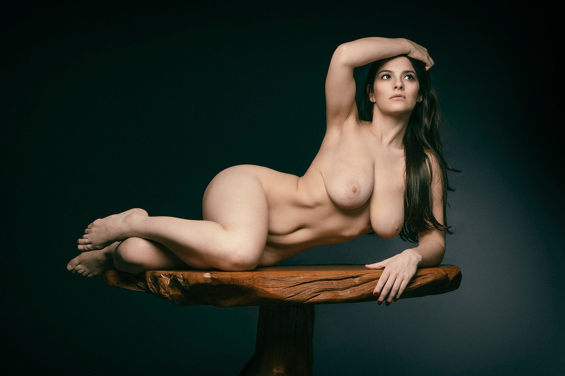 On a pedestal - Pris Mundar - foto door jhslotboom op 15-11-2020 - deze foto bevat: vrouw, tafel, portret, model, art, erotiek, beauty, nude, naakt, studio, schoonheid, klassiek, brunette, artistiek, nude art, pedestal, voestuk
