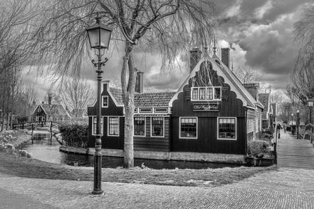 Terug in de tijd - Omzetting in zwartwit  - foto door diana10 op 28-04-2021 - locatie: Zaanse Schans, 1509 Zaandam, Nederland - deze foto bevat: landschap, zwartwit, silverefex, wolk, gebouw, venster, lucht, fabriek, boom, zwart en wit, huis, stijl, buurt