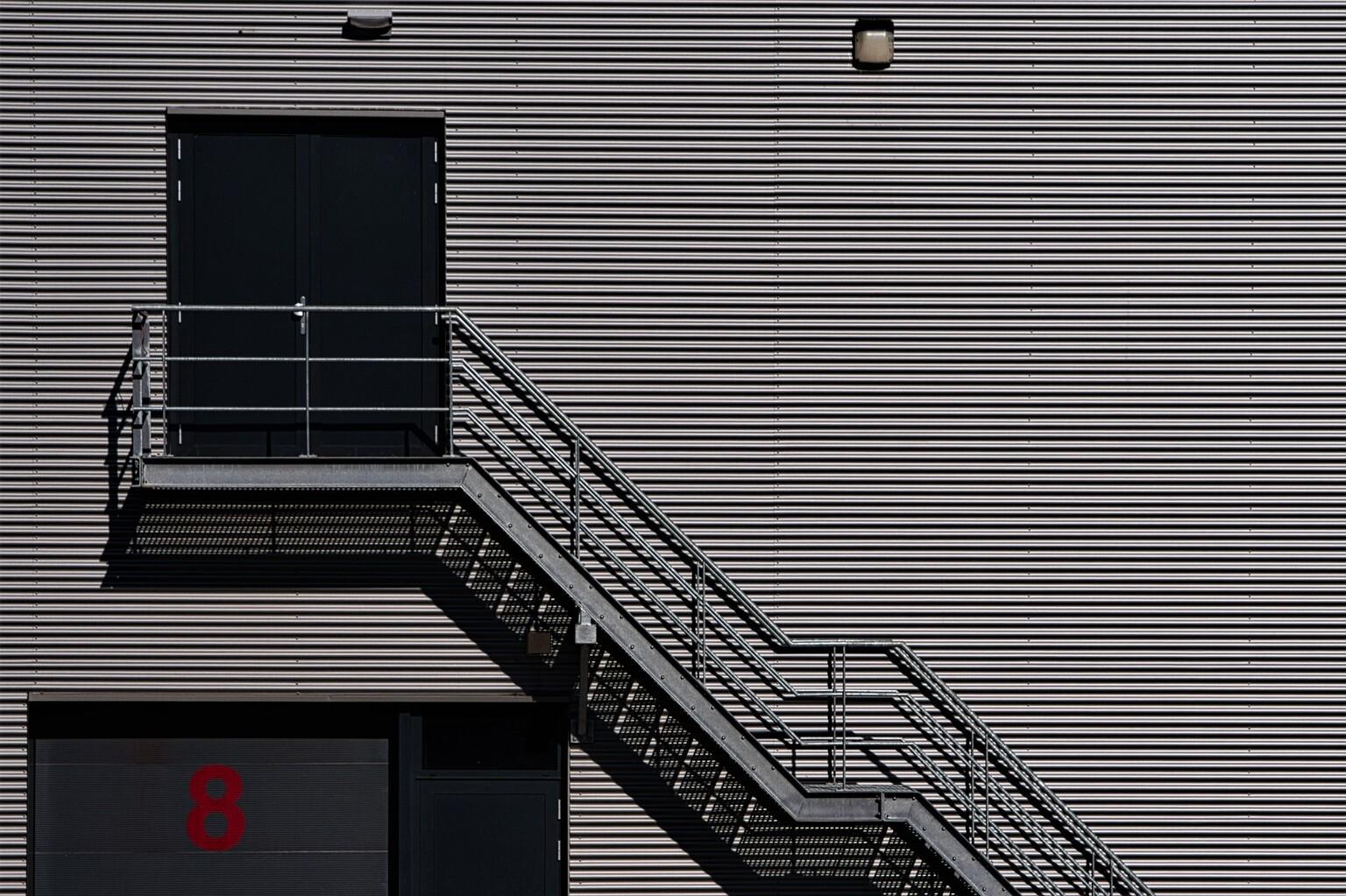 Acht - Alle zoomers, zoomvrienden en -volgers, bedankt voor de waardering, tips en aandachtspunten op mijn vorige uploads. - foto door PaulvanVliet op 19-04-2021 - deze foto bevat: trap, magazijn, kivit, acht, lijnen, grijs, zoetermeer, hoornerhage, rechthoek, lijn, materiële eigenschap, parallel, facade, tinten en schakeringen, gebouw, trap, symmetrie, patroon