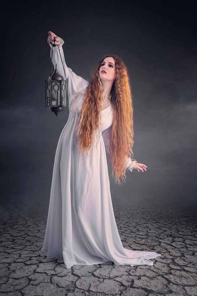 Armida, de mooie tovenares - model Jezebelle - foto door jhslotboom op 14-09-2020 - deze foto bevat: vrouw, wit, zoeken, rook, beauty, lantaarn, schoonheid, mysterieus, gebarsten, vloer, mystiek, roodharig, vrouwelijk, tovenares, bodem, sjamaan, gewaag, sjamanka