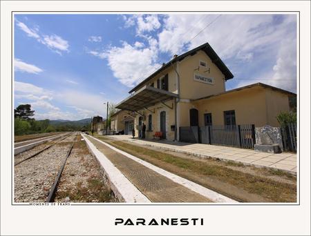 Op een klein stationnetje - Dit kleine pittoreske stationnetje van Paranesti is gelegen in het noorden van Griekenland. Gemaakt met zoomlens. 11mm f 14,0 1/200 iso 100 - foto door TourDeFrans op 30-07-2009 - deze foto bevat: station, trein, Paranesti