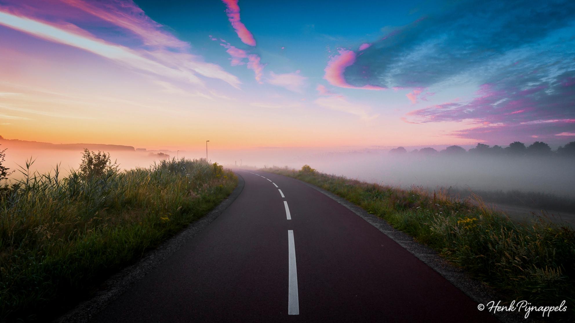 The Road..... - Een vroege ochtend in de mist. - foto door HenkPijnappels op 17-07-2016 - deze foto bevat: lucht, zon, natuur, licht, landschap, mist, tegenlicht, zonsopkomst, polder, weg, hdr - Deze foto mag gebruikt worden in een Zoom.nl publicatie