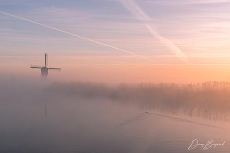 Foggy morning in the Netherlands - Een mistige zonsopkomst bij de Broekmolen afgelopen zaterdag - foto door daveyb078 op 08-03-2021 - deze foto bevat: lucht, wolken, zon, water, lente, natuur, licht, vakantie, spiegeling, landschap, mist, eend, tegenlicht, zonsopkomst, bomen, meer, haven, brug, rivier, molen, polder, hdr, streefkerk, broekmolen
