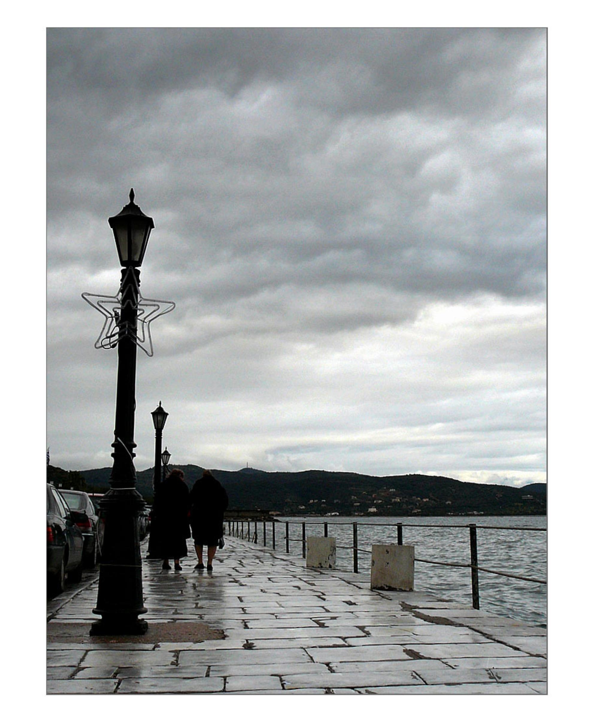 gauw naar huis - Genomen tijdens Epifania, 7 januari in Gythion. - foto door InavanDelden op 09-01-2009 - deze foto bevat: mensen, zee, regen, kade, griekenland, gythion, peloponnesos