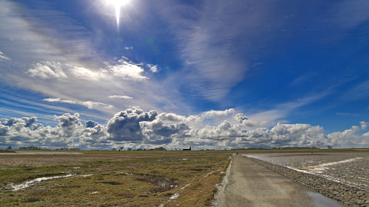 Fraaie lente dag - in noord Fryslân . De foto is genomen vanaf de kwelders  richting  de beide dorpen Peassens en Moddergat. - foto door Aiso op 15-04-2021 - locatie: 9136 DJ Moddergat, Nederland - deze foto bevat: wolk, lucht, atmosfeer, dag, azuur, natuurlijk landschap, zonlicht, lichaam van water, asfalt, fabriek