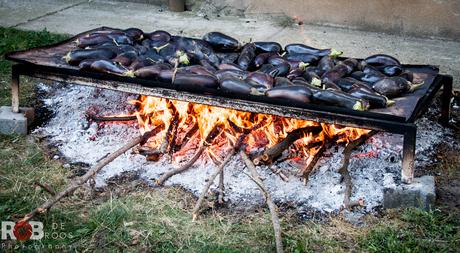Aubergines worden klaargestoomd voor gebruik in salades in Roemenië