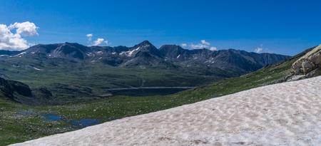 Pic Carlit - Een blik op de Pic Carlit (2921). Met afstand de hoogste berg in de wijde omgeving. Halverwege zie je Etang de Lanous, een 3km lang stuwmeer. De foto - foto door Sake-van-Pelt op 17-09-2014 - deze foto bevat: lucht, wolken, zon, water, panorama, natuur, licht, sneeuw, vakantie, landschap, bergen, meer, rivier, pyreneeen