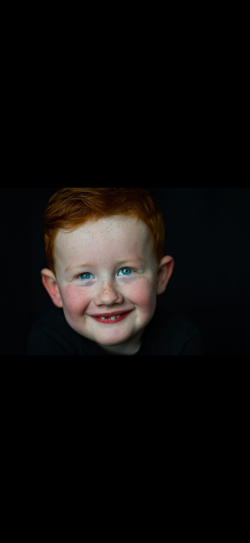 Sem - Portret zoon - foto door Tamara-88 op 14-04-2021 - deze foto bevat: voorhoofd, neus, haar, glimlach, wang, lip, kin, wenkbrauw, flitsfotografie, kaak