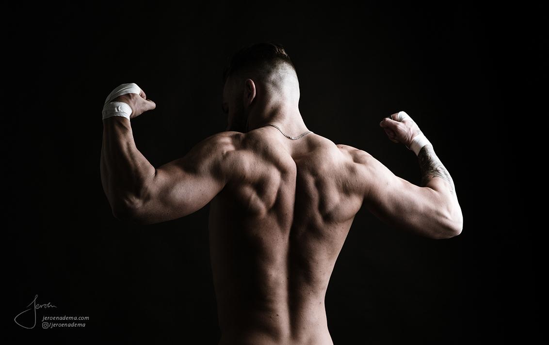 Kracht I - Resultaat van mijn eerste studioshoot. Het thema was fitness, een vriend van mij heeft zich 5 jaar lang afgebeuld in de sportschool, en wou het resul - foto door jeroenadema op 06-03-2017 - deze foto bevat: man, licht, portret, schaduw, model, tattoo, naakt, pose, highkey, studio, klassiek, rug, spieren, fotoshoot, huid, artistiek, lowkey, fitness, biceps, triceps