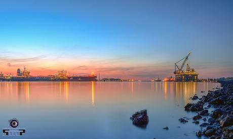 Rotterdam Europoort in het blauwe uurtje