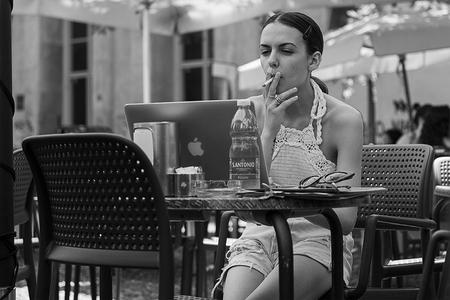 Padua Italië - - - foto door karindevries57 op 02-08-2019 - deze foto bevat: vrouw, apple, stad, nikon, zwartwit, terras, plein, italie, roken, straatfotografie, centrum, laptop, padua