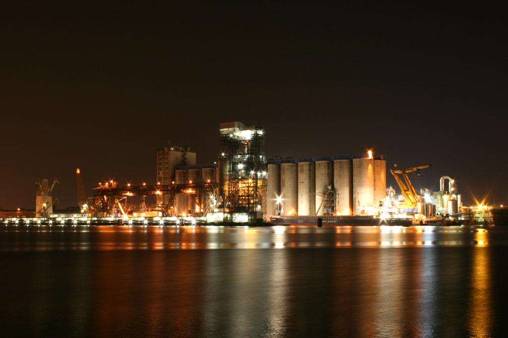 Havengebied Amsterdam - Een oudere foto, goede locatie om te oefenen met nachtfotografie - foto door hanskl op 25-09-2012 - deze foto bevat: amsterdam, nacht